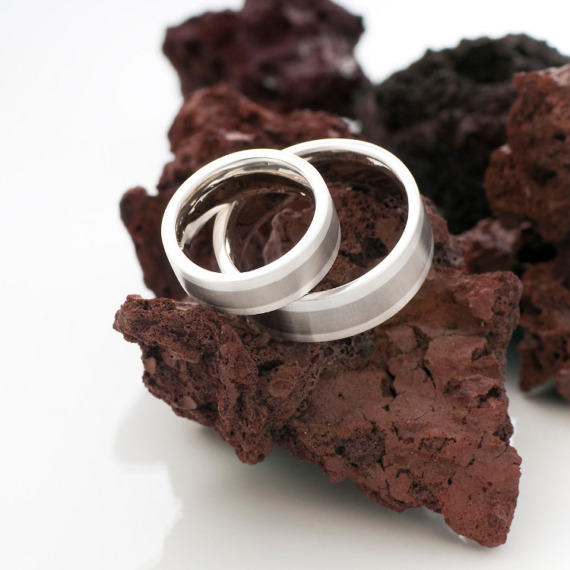 Aussen kantig und innen weich gerundet sind diese Ringe in 585 Weissgold von Edel und Stein Esslingen