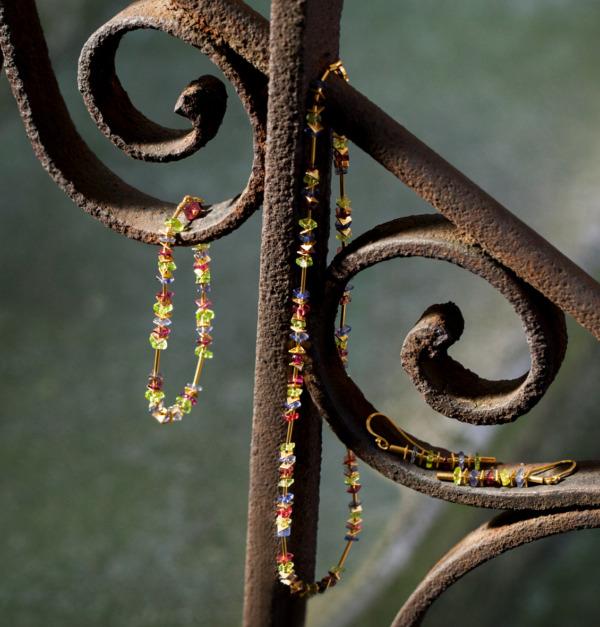 Kette und Ohrringe aus vergoldetem Silber Granat Peridot und Iolith von Edel und Stein Schmuckdesign Esslingen