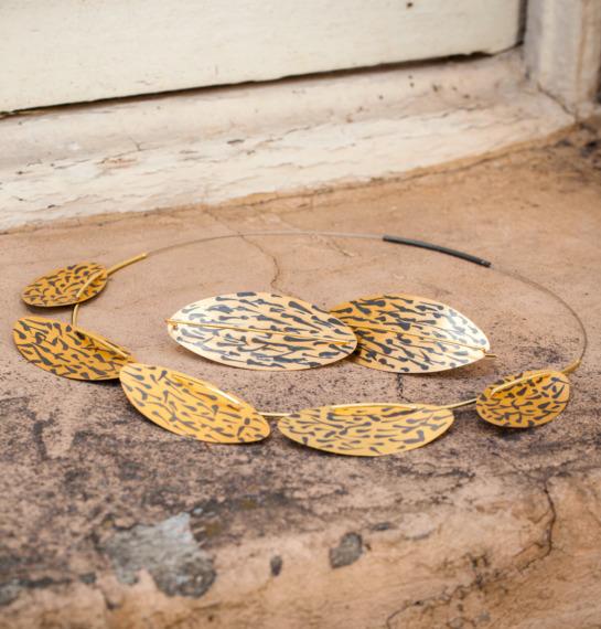 Kette und Ohrringe aus vergoldetem und geschwärztem Silber