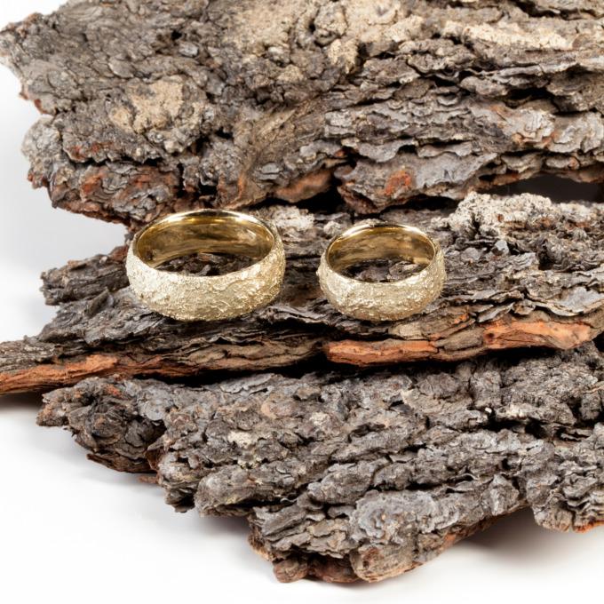 Leicht innen und außen gewölbt sind diese Ringe in 750 Gelbgold von Edel und Stein Esslingen