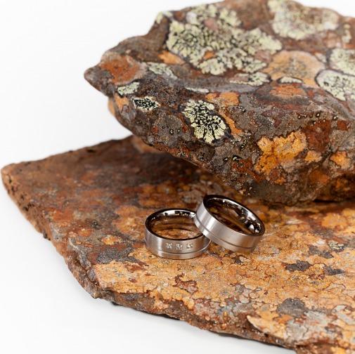 Ringe in 585 Weissgold gerundet mit einer aus der Mitte platzierten Fuge von Edel und Stein Esslingen
