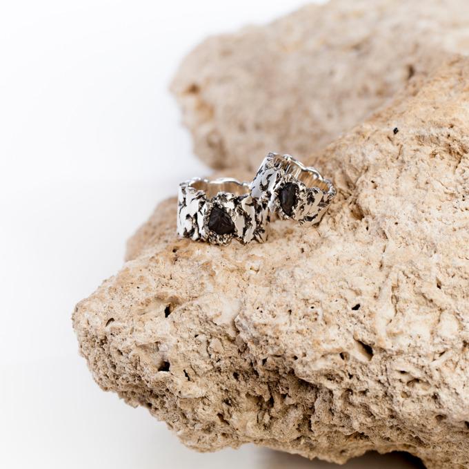 Rohe Steine aus einem fernen Land bestimmen die Optik der silbernen Ringe von Edel und Stein Esslingen