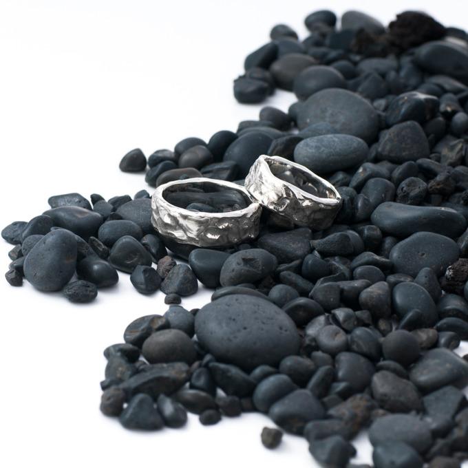 Silberringe mit unregelmäßigen Rändern und weichen Formen von Edel und Stein Esslingen