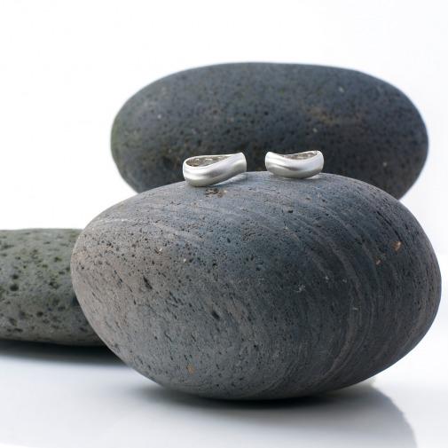 Trauringe in Silber in geschwungenem Verlauf und schlicht mattiert von Edel und Stein Esslingen